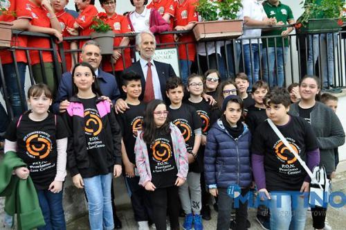 Malagò ed il Sindaco Gatta con gli alunni della scuola media del progetto  - proviamo a fare centro -
