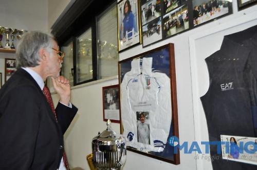 Malagò osserva i cimeli dei partecipanti sezionali alle olimpiadi