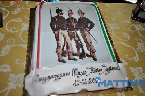 la torta dei festeggiamenti con raffigurazione di tiratori d'epoca